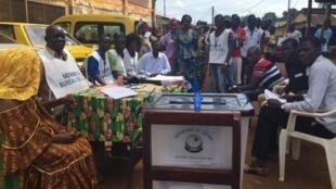 Bureau de vote en plein air dans un quartier du port de Conakry.
