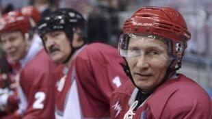 En visite à Sotchi, Vladimir Poutine a notamment participé à un match de hockey, le 4 janvier 2014.