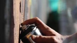 Beaucoup de graffitis se font avec des bombes de peinture.