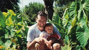 Le juge Borrel, ici avec un de ses enfant, a été retrouvé mort en 1995 à Djibouti.