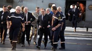 Hollande desembarca no porta-aviões Charles de Gaulle, no Mediterrâneo Oriental