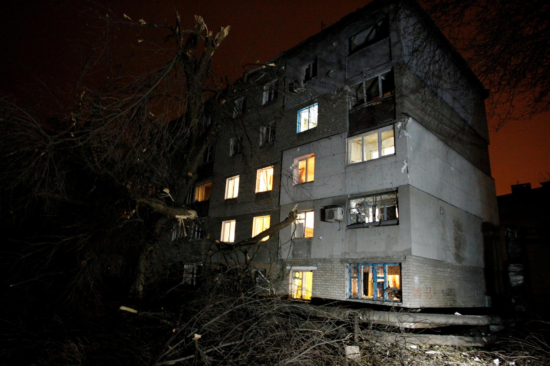 Дом на окраине Донецка, пострадавший в результате очередного артобстрела 5 ноября 2017