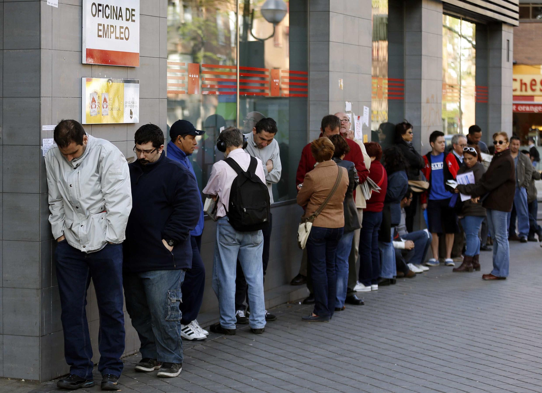 Gente haciendo cola para entrar a una agencia de empleo, una imagen muy común en Europa.