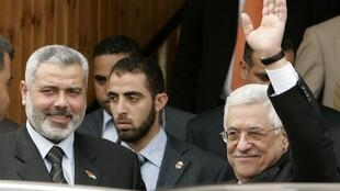 Khaled Meshaal (L) with Mahmoud Abbas (R)