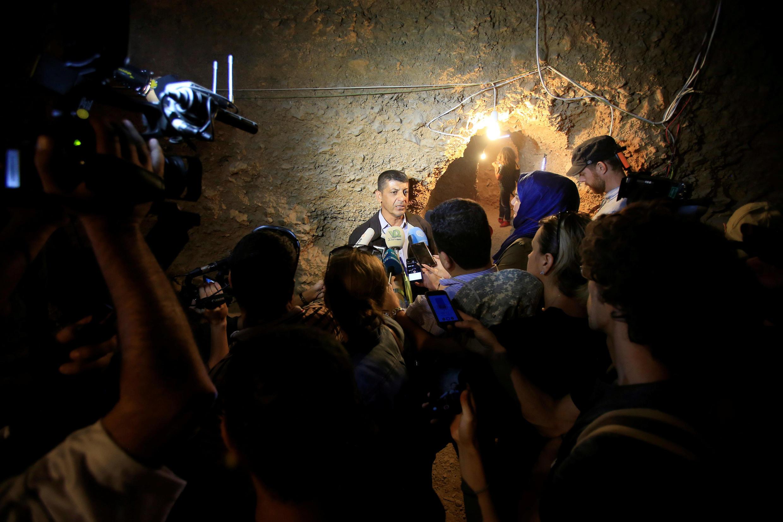 黎巴嫩真主党发言人在叙黎边境一个山洞里接受媒体采访 2017年7月29日