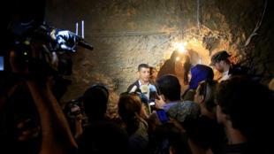 Mohamed Afif, responsable du bureau des médias du Hezbollah, a organisé une visite de presse dans une grotte qui était le fief du commandant de l'ex Front al-Nosra pour la région d'Ersal, le 29 juillet 2017.