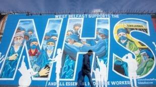Un grafiti en apoyo del Sistema Nacional de Salud británico (NHS) fotografiado en una calle del este de Belfast el 5 de mayo de 2020