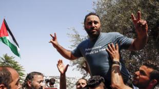 Issa Amro, défenseur des droits de l'homme, est accueilli par des partisans après sa mise en liberté sous caution par une cour palestinienne, en Cisjordanie, le 10 septembre 2017, à la suite de son arrestation préalable.