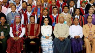 Cố vấn Nhà Nước Aung San Suu Kyi và các đại diện quân sự, chính trị và đại biểu các dân tộc thiểu số tham gia hòa đàm tại Naypyidaw, ngày 31/08/2016.