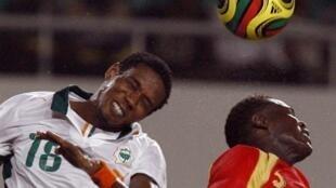 L'Ivoirien Abdul Kader Keita face au Guinéen Ibrahima Camara durant la CAN 2008.