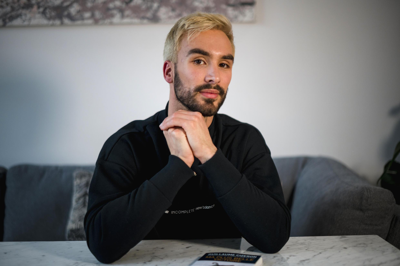 """Le champion du monde français de danse sur glace Guillaume Cizeron pose dans son appartement de Montréal, le 30 avril 2021, à l'occasion de la sortie de """"Ma plus belle victoire"""", un récit autobiographique sur son homosexualité"""