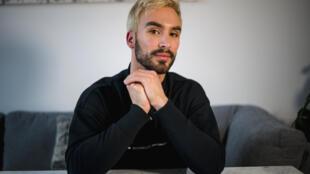 Le champion du monde français de danse sur glace Guillaume Cizeron, photographié dans son appartement de Montréal, le 30 avril 2021, à l'occasion de la sortie de son livre «Ma plus belle victoire».