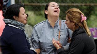 Familiares de prisioneros reaccionan al llegar a la prisión de Cadereyta tras es motín, el 11 de octubre de 2017 en las afueras de Monterrey.