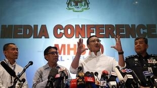 O ministro dos Transportes da Malásia, Hishammuddin Hussein (centro), durante entrevista coletiva neste domingo (16) em Kuala Lumpur.
