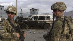 Des troupes américaines arrivent sur les lieux d'une attaque-suicide à Kaboul, le 13 octobre 2014.