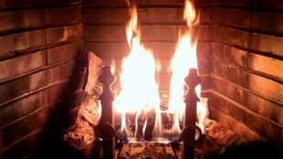 The ban of chimney fires which was to take effect on 1 January 2015 in all households of the Paris region has been lifted by the prefect, following a demand by French Minister of Ecology Ségolène Royal.