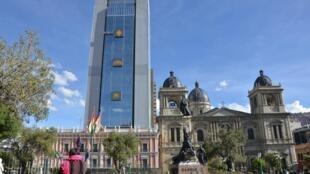 O prédio que abriga a nova sede da presidência e alguns ministérios bolivianos visto da praça em frente ao Palácio Quemado (à esquerda), que foi sede do governo desde 1825.