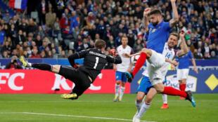 Olivier Giroud marque le but du 2-0 pour l'équipe de France face à l'Islande, en éliminatoires de l'Euro 2020, le 25 mars 2019 à Saint-Denis, en région parisienne.