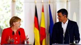 Le Premier ministre espagnol Pedro Sanchez se tient à côté de la chancelière allemande Angela Merkel lors d'une déclaration conjointe à Sanlucar de Barrameda, en Espagne, le 11 août 2018.