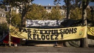 Faixa da associação DAL na praça da República em Paris, em 2015