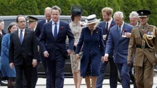 O presidente francês, o primeiro-ministro britânico e a família real inglesa no local das comemorações neste dia 1 de Julho.