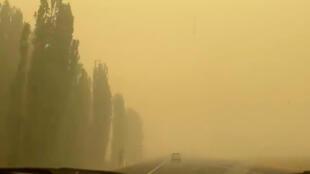 Carro desaparece em meio à fumaça em estrada que leva de Cooma a Camberra. A fumaça das queimadas florestais atinge a capital australiana.