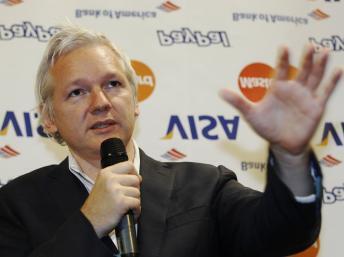 O australiano Julian Assange, que vive em residência vigiada, com bracelete eletrônico.