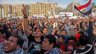 Des protestants anti-Morsi sur la place Tahrir, au Caire, le 1er décembre 2012.