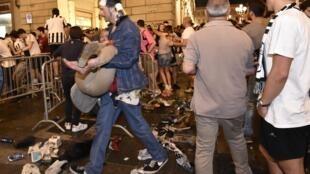 Паника среди футбольных болельщиков на площади Сан-Карло в Турине после взрыва петарды.