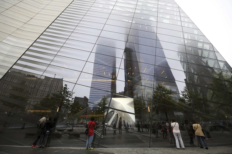 Une des tours du World Trade Center, comme un reflet, sur les vitres du Musée du Mémorial.