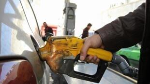 Désormais chaque automobiliste iranien aura droit à 60 litres d'essence au prix subventionné, mais devra acheter le reste trois fois plus cher.