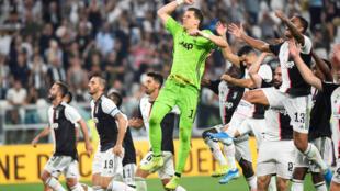 Wojciech Szczesny de la Juventus célèbre la victoire du match contre Naples avec ses coéquipiers, le 31 août 2019 à Turin.