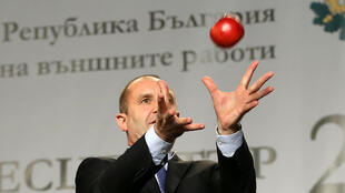 Кандидат от Болгарской социалистической партии (БСП) генерал Румен Радев во время пресс-конференции в Софии