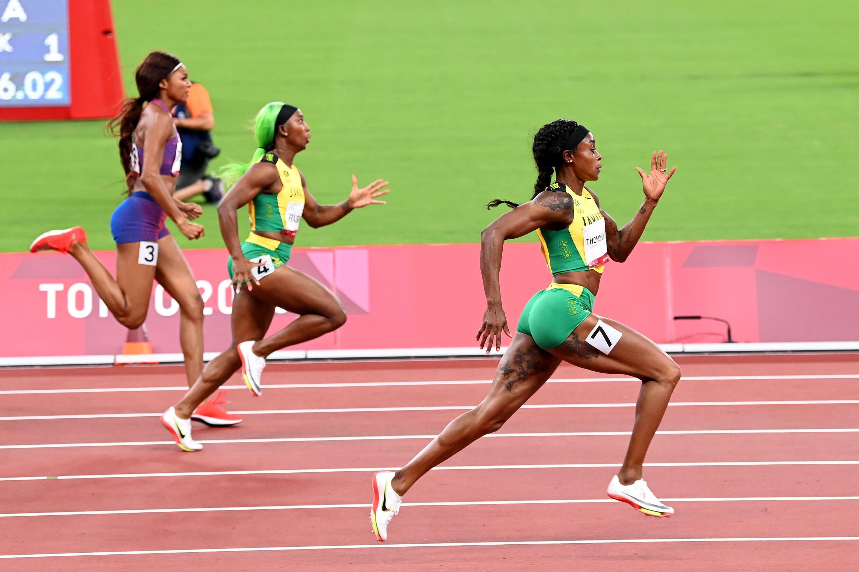 La sprinteuse jamaïcaine Elaine Thompson-Herah sans rivale en finale du 200 m aux Jeux de Tokyo, le 3 août 2021