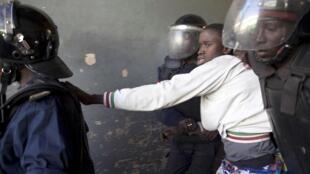 La policía arresta a un manifestante en Dakar, capital de Senegal, el domingo 19 de febrero de 2012.