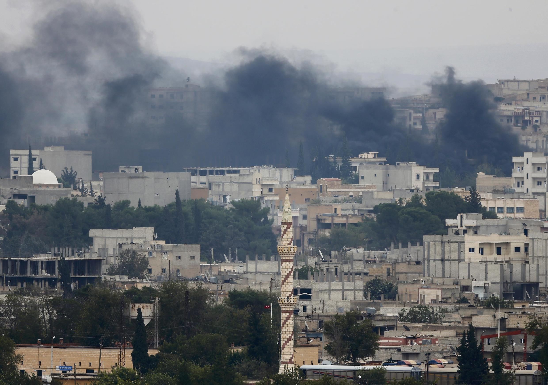 Les fumées des combats entre combattants kurdes et jihadistes montent de la ville syrienne de Kobane, le 17 octobre.
