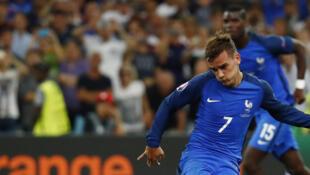 Antoine Griezmann đá phạt đền mở tỉ số 1-0 cho Pháp