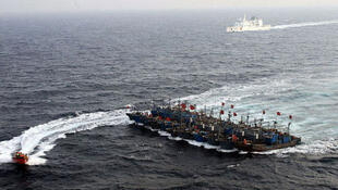 2012年12月,中国11艘渔船互相用绳索捆绑在一起,组成船队与韩国海警对峙。