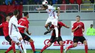 Sergio Ramos (C), lors du match des éliminatoires 2018, opposant l'Albanie à l'Espagne, le 9 octobre 2016.