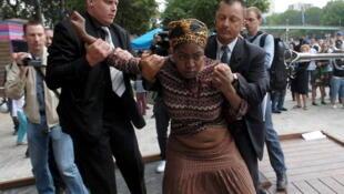 Une femme sans-papiers appréhendée à Paris par la sécurité lors de l'opération «Paris plage».