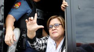 La sénatrice Leila de Lima, lors de son arrestation à Manille le 24 février 2017.
