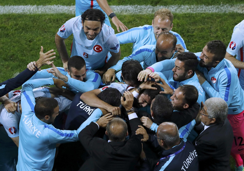 Les footballeurs turcs en liesse après un but face à la République tchèque, à l'Euro 2016.