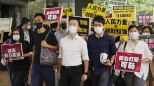 Ảnh minh họa: Ba nghị sĩ dân chủ Hồng Kông Khải Địch (Eddie Chu), Trần Chí Toàn (Ray Chan) và Hứa Trí Phong (Ted Hui) - từ trái sang phải - trên đường ra tòa tại Hồng Kông ngày 19/11/2020.