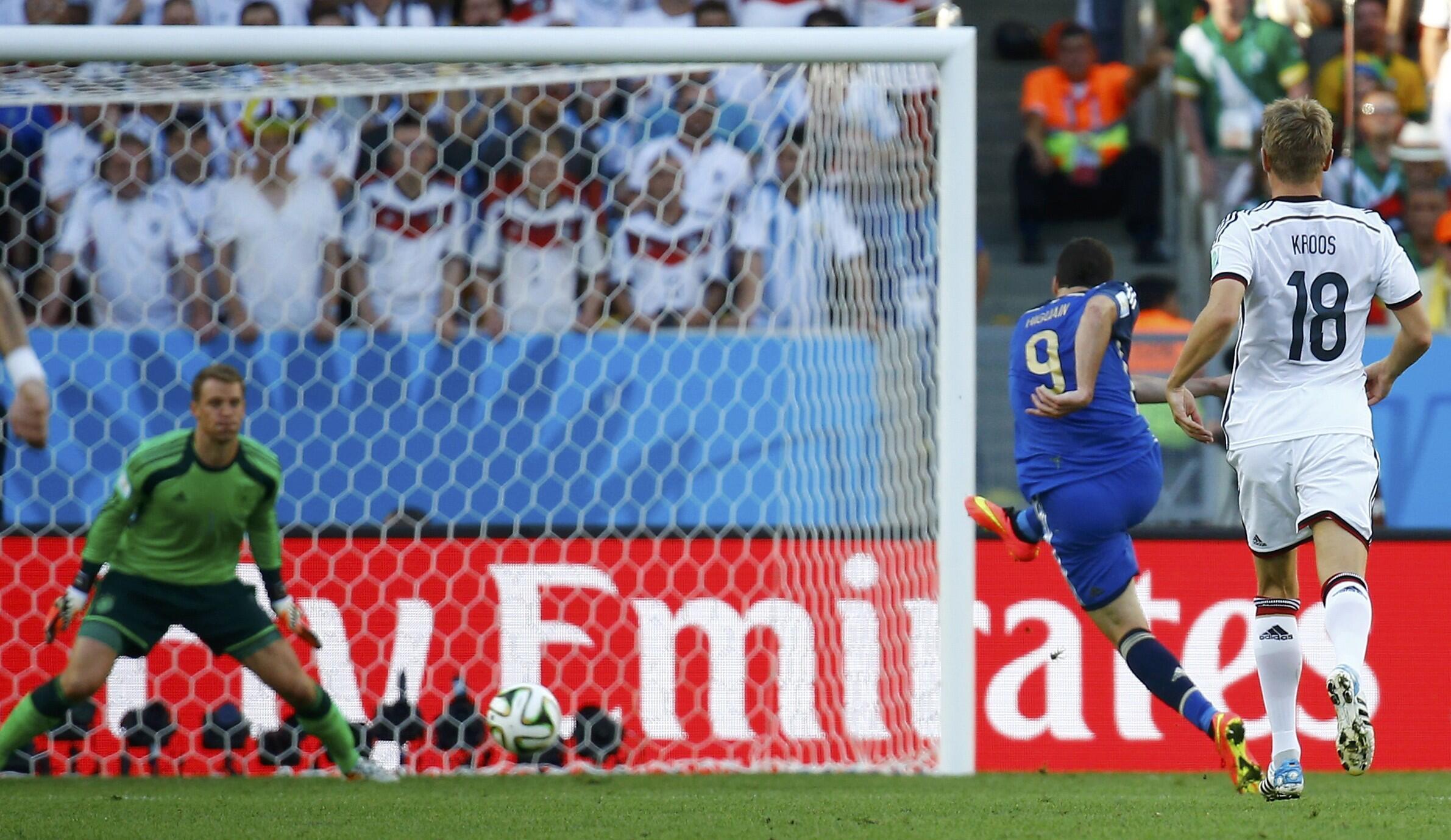 Gonzalo Higuain échoue, seul face à Neuer (20e).
