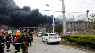 De nombreux secours ont été dépêchés aux abords d'une usine chimique de Yangcheng, en Chine, où une explosion a retenti et causé plusieurs morts, le 21 mars 2019.
