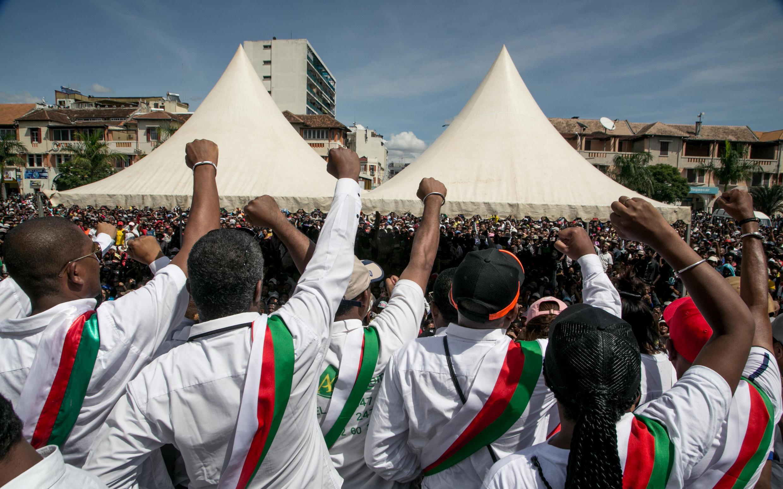 Les partisans et les députés de l'opposition crient des slogans lors de leur rassemblement à la Place du 13 mai à Antananarivo le 23 avril 2018 pour présenter leurs condoléances aux familles des victimes tuées le 21 avril.