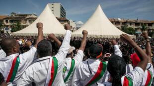 Les partisans et les députés de l'opposition crient des slogans lors d'un rassemblement fin avril sur la place du 13-Mai. (photo d'illustration)