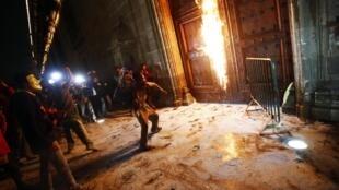 Một nhóm người biểu tình phóng hỏa cổng dinh tổng thống Mêhicô, ngày 08/11/2014.