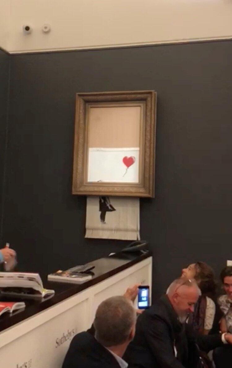 Um quadro de Banksy começa a se autodestruir após alcançar US$ 1,4 milhão em leilão na Sotheby's, em Londres (4/12/2019).