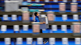 Nhân viên phụ trách đang di chuyển thùng phiếu, sau khi hết giờ bỏ phiếu, tại một đơn vị bầu cử ở Tokyo, ngày 22/10/2017
